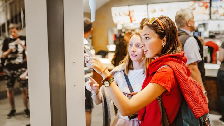 Unleashing the Power of  Digital Display Screens in Restaurants
